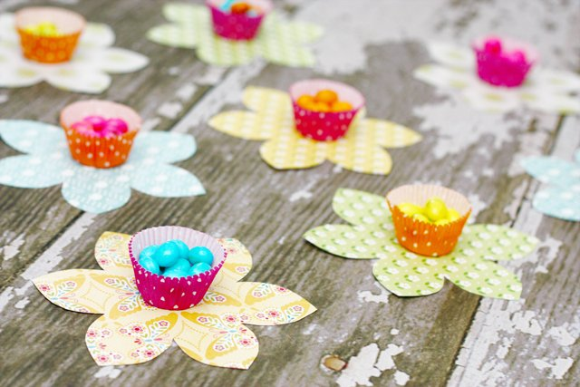Spring Flower Candy Favors using cupcake liners with LiveLaughRowe.com #spring #favor #crafts