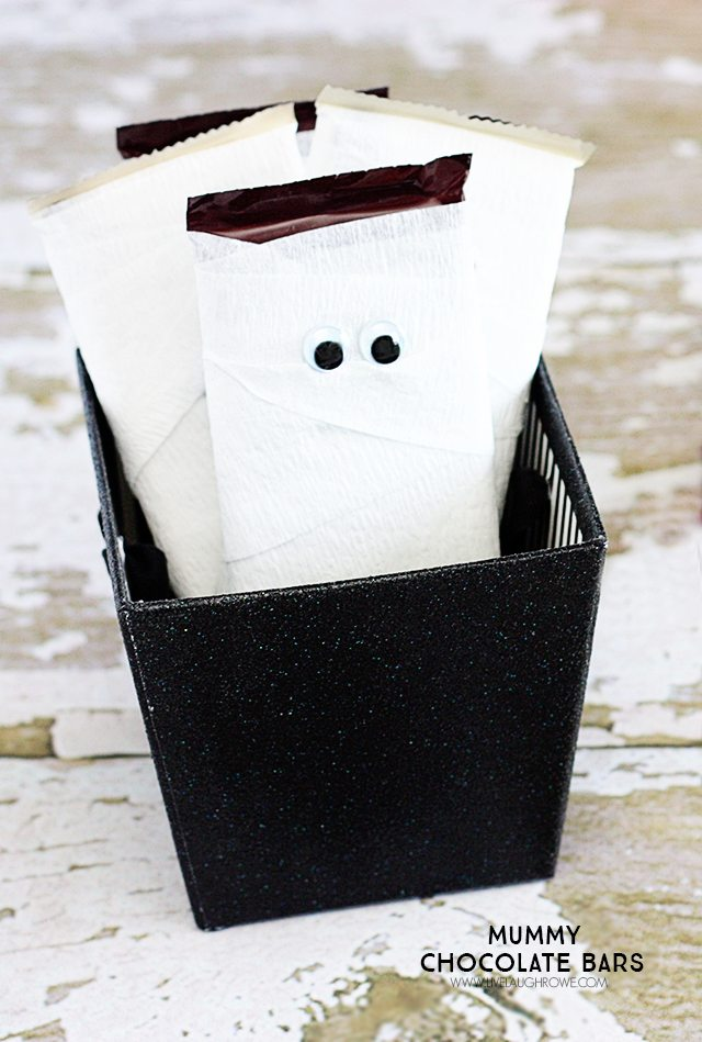 Mummy Chocolate Bars. Cute Halloween Candy with crepe paper, chocolate bars and wiggly eyes! livelaughrowe.com