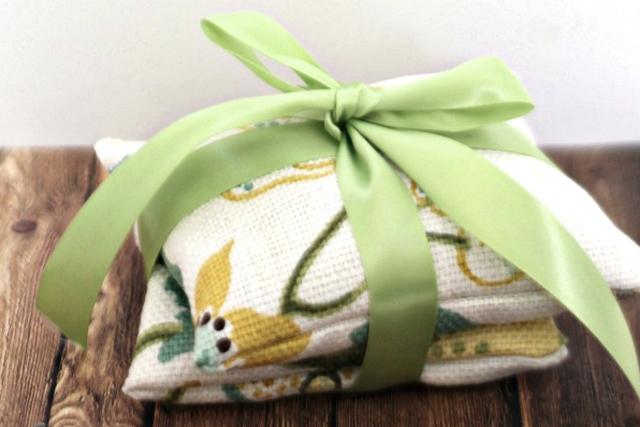 DIY Lavender Sachets from The Happier Homemaker