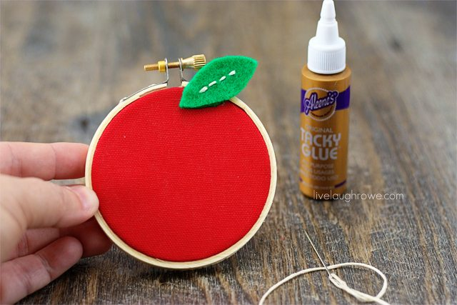 Back to School Craft! Perfect for teacher gifts too. DIY Apple Hoop Art. Tutorial with livelaughrowe.com