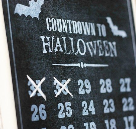 Countdown to Halloween Printable! Disposable chalkboard print -- use chalk to cross off each day and toss. Print another next year! Pretty spooktacular, right? Print or Save a copy at www.livelaughrowe.com #halloween #printable
