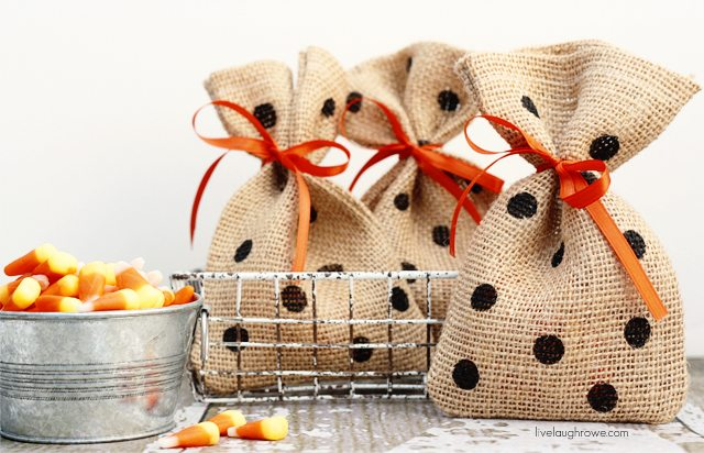 DIY Halloween Treat Bags. The perfect bag for gifting treats to your friends, classmates, neighbors and/or friends! #halloween #burlapbags