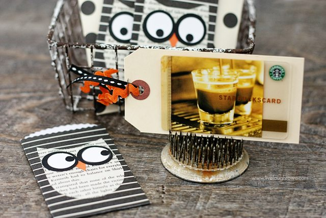 Use an adorable Halloween paper pocket as a gift card holder!  Starbucks anyone?  www.livelaughrowe.com #halloween #giftcardholder