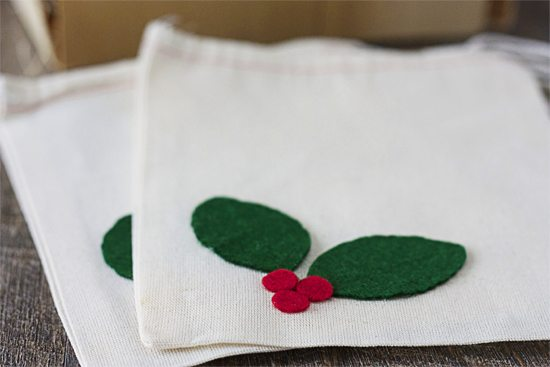 Simple Holly Berry Muslin Gift Bags! I love that they take minutes to pull together and are a fun gift presentation. www.livelaughrowe.com