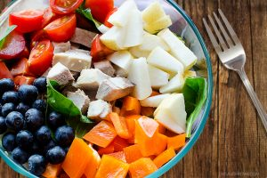 This Fresh Spinach Salad is a great summer salad, packed with chicken, fruits and vegetables. livelaughrowe.com