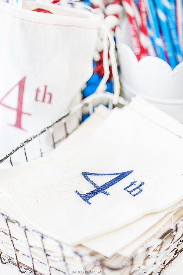 Adorable Patriotic Favor Bags that you can whip up in just a few minutes! Great for a patriotic candy bar or a red, white and blue treat. livelaughrowe.com