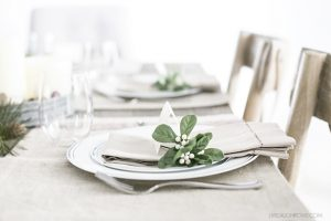 Beautiful and simple! I love this Rustic Christmas Tablescape and the printable place cards. livelaughrowe.com