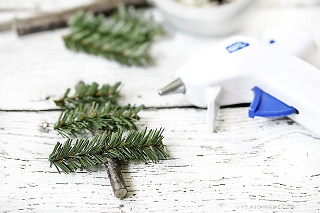Simple how-to tutorial for a simple, rustic holiday ornament. Full tutorial at livelaughrowe.com