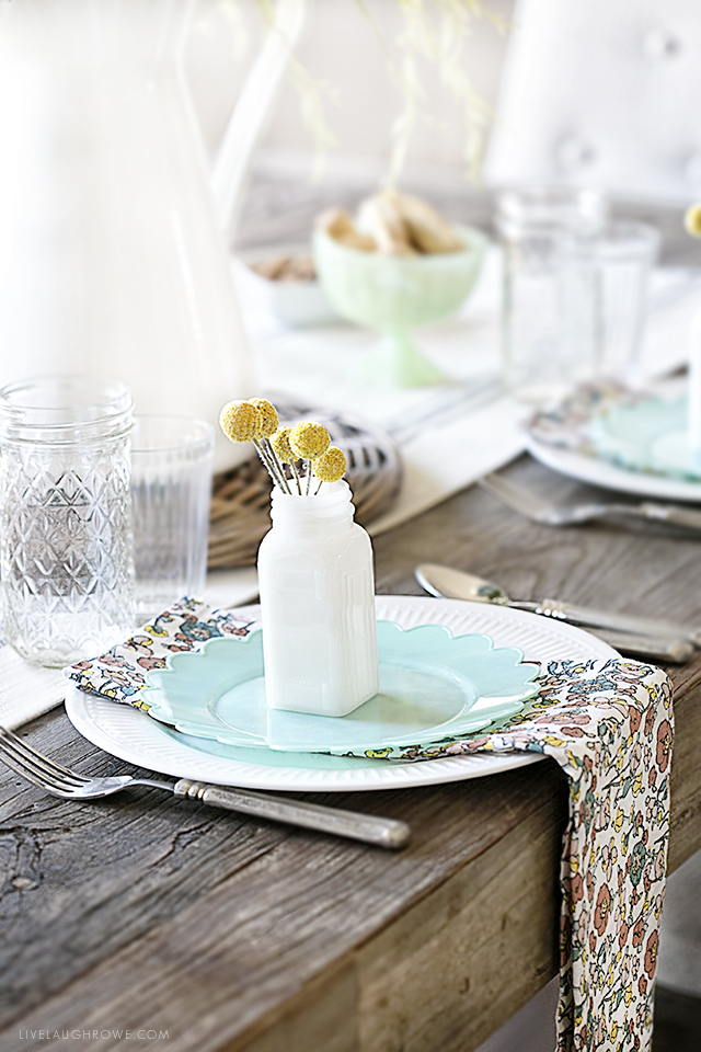 Host a spring brunch with simplicity and style! Adding pops of color and mixing the old with the new will keep the table settings simple and inviting. More Spring Brunch Ideas for Table Decor at livelaughrowe.com