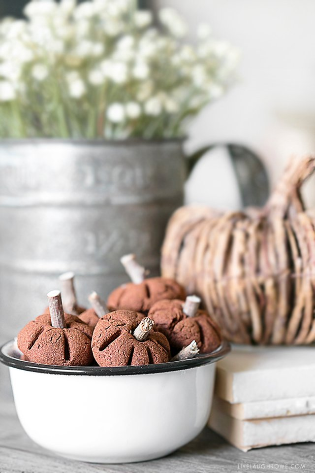 Sweet little pumpkins made using the cinnamon applesauce recipe. Full tutorial at livelaughrowe.com