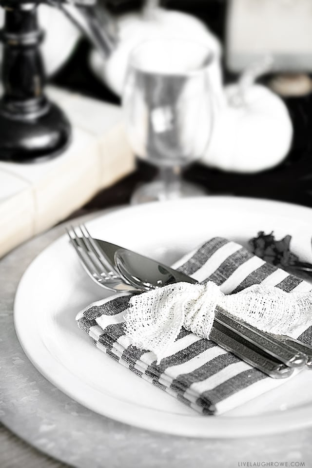 Love the contrast of this black and white Halloween Tablescape from livelaughrowe.com