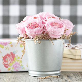 Absolutely darling Lollipop Flower Bouquet. This makes a fantastic gift for mom's, best friends, teachers and more! Guess what? It's easy and inexpensive too. Tutorial at livelaughrowe.com